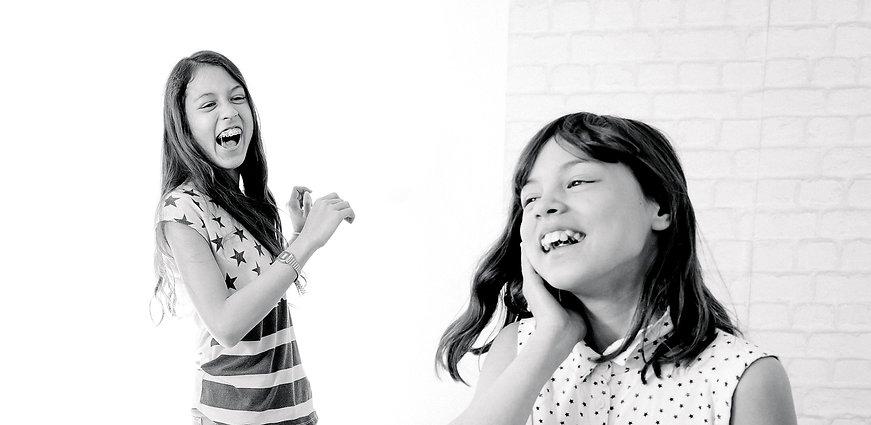 Bonne ambiance entre soeur grâce aux ateliers de parentalité consciente inspirés de la CNV