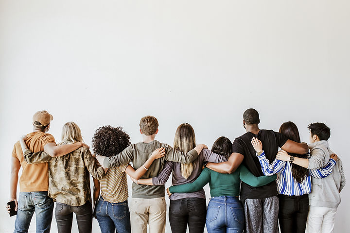 Groupe de personnes qui se tiennent par les épaules pendant un groupe de pratique de CNV