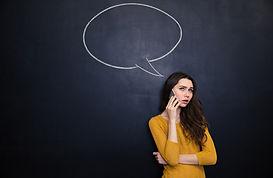 Jeune femme au téléphone pour illustrer le thème de la relation à l'autre du stage de Communication Consciente d'Olivier Babando