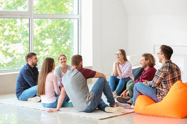 Groupe de personnes qui discutent assis