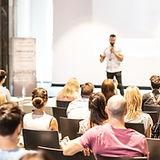 Speaker_qui_fait_une_conférence_devant
