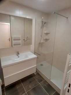 Changement d'une salle de bain en salle de douche sur toute la longueur