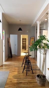 Paris 11; transformation de bureaux en un grand F3, ponçage et vitrification du parquet, création bar, cuisine, salle de bain et chambre