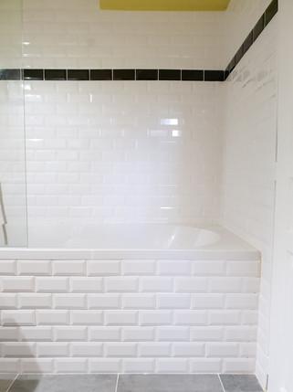 """Création de salle de bain en sous sol, carrelage """"métro"""", plomberie, aménagement de l'espace"""