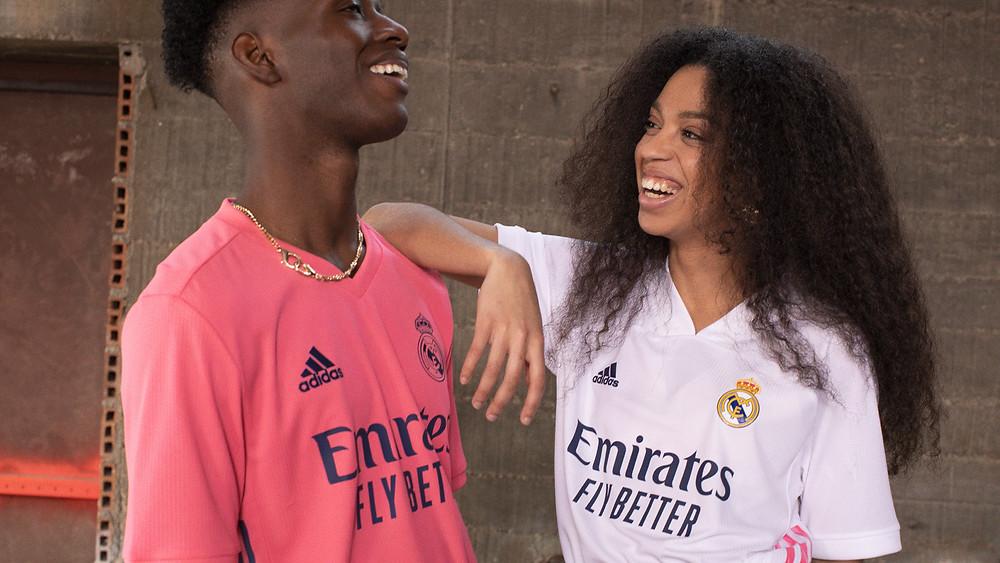 Стильная футбольная форма Реал Мадрид сезона 20/21 домашняя и выездная из инновационного мембранного материала отличается особой многослойной структурой. Влага не задерживается в прослойках ткани, выводится наружу и моментально испаряется. Материал остается абсолютно сухим. Комфортная футболка, приятная на ощупь и мягкая, не вызывает малейшего чувства дискомфорта. Воспользовавшись меню можно выбрать не только размер формы, но так же имя и официальный номер любимого игрока.