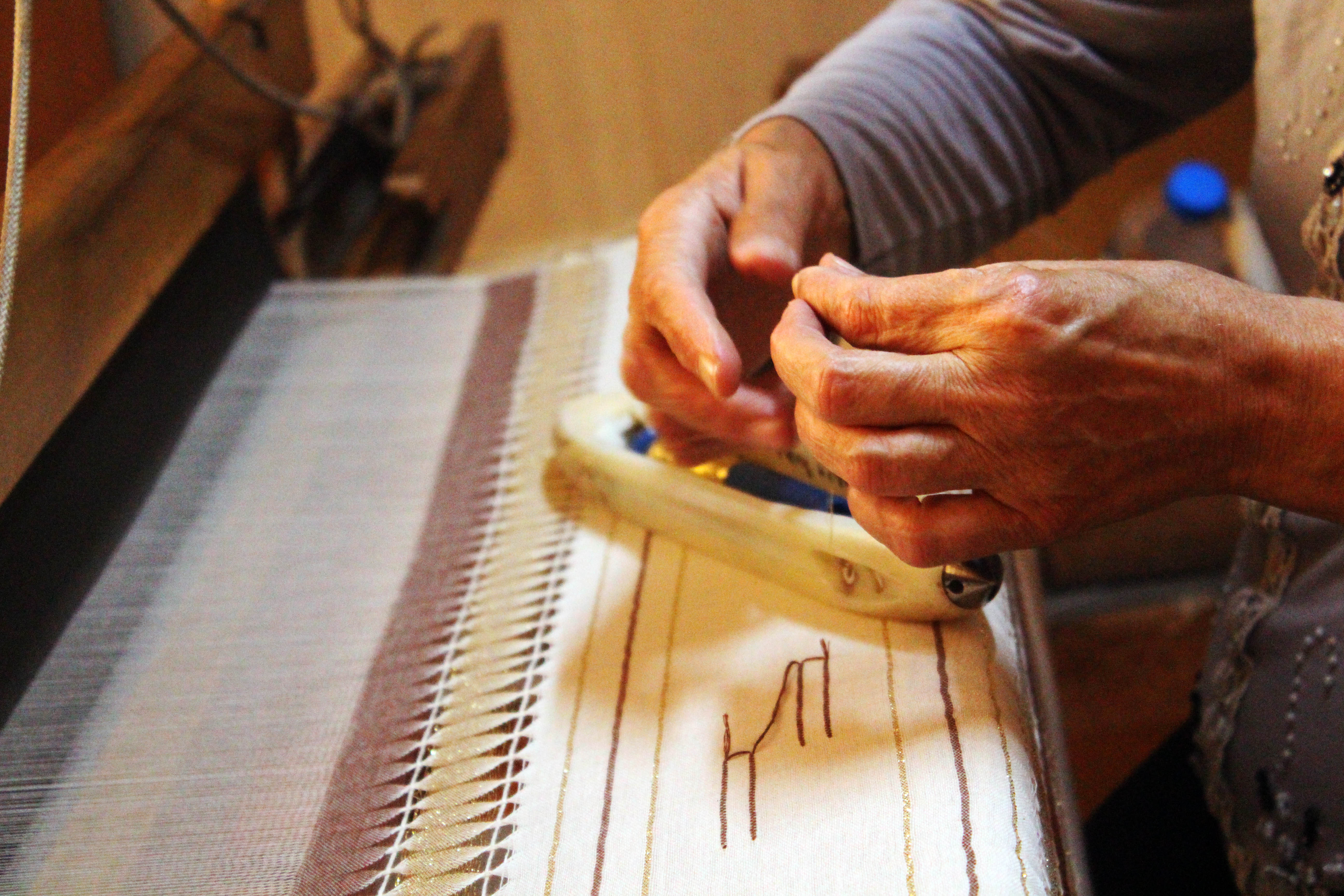 weaving cotton scarves artisan