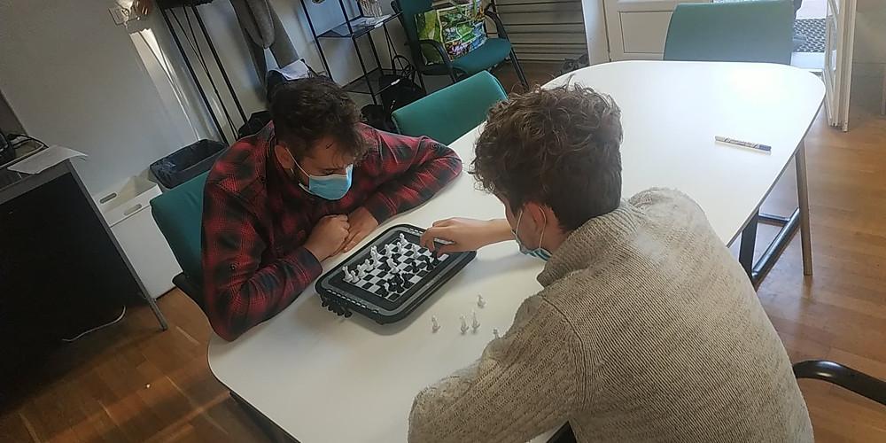 partie d'échecs entre un adulte et un enfant dans une école alternative