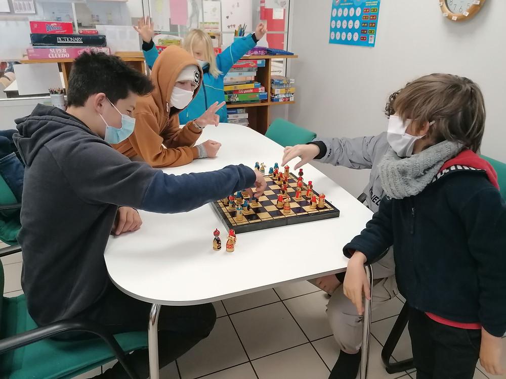partie d'échecs dans une école alternative démocratique