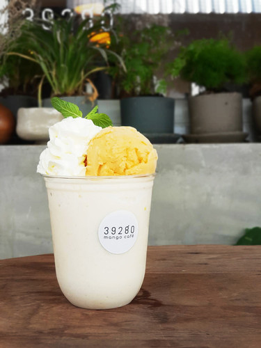 Royal milk smoothie float with mango icecream