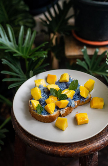 Mango and sticky rice toast