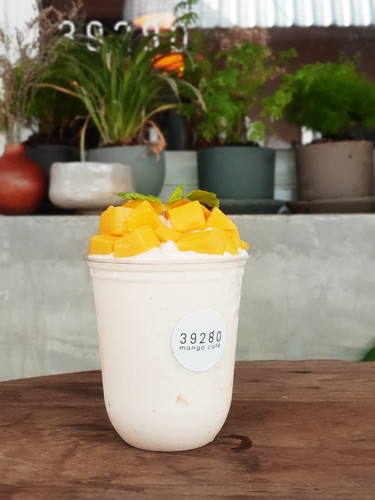 Royal milk smoothie float with fresh mango