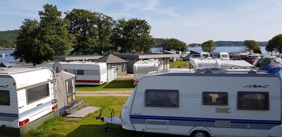150 plasser for bobil, campingvogner og telt med uttak for strøm og vann.