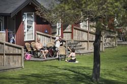 Solrik terrasse med bord og stoler.