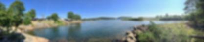 Panoramabilde av feriehytter ved elv