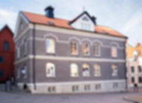 huset_utsida_kvinnfolki.jpg