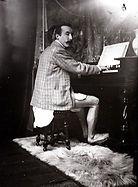 Gauguin joue de l'harmonium sans pantalon, par Alphonse Mucha, 1893
