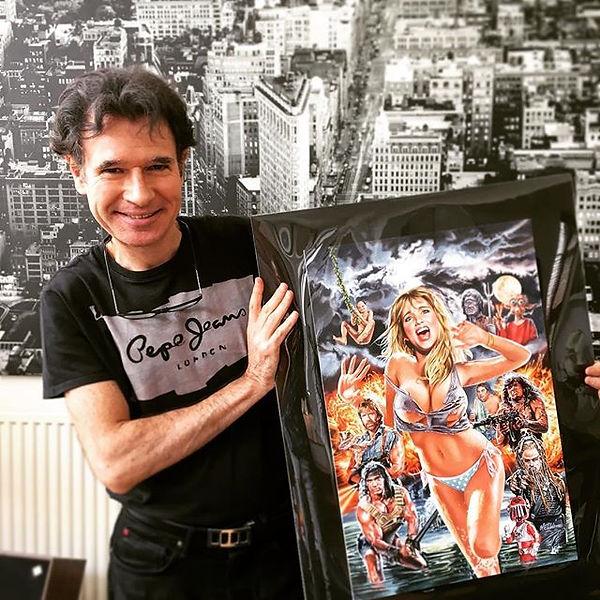 Laurent MELKI présentant son affiche de Nanarland, fille sexy courant. Site de film d horreur, site d horreur