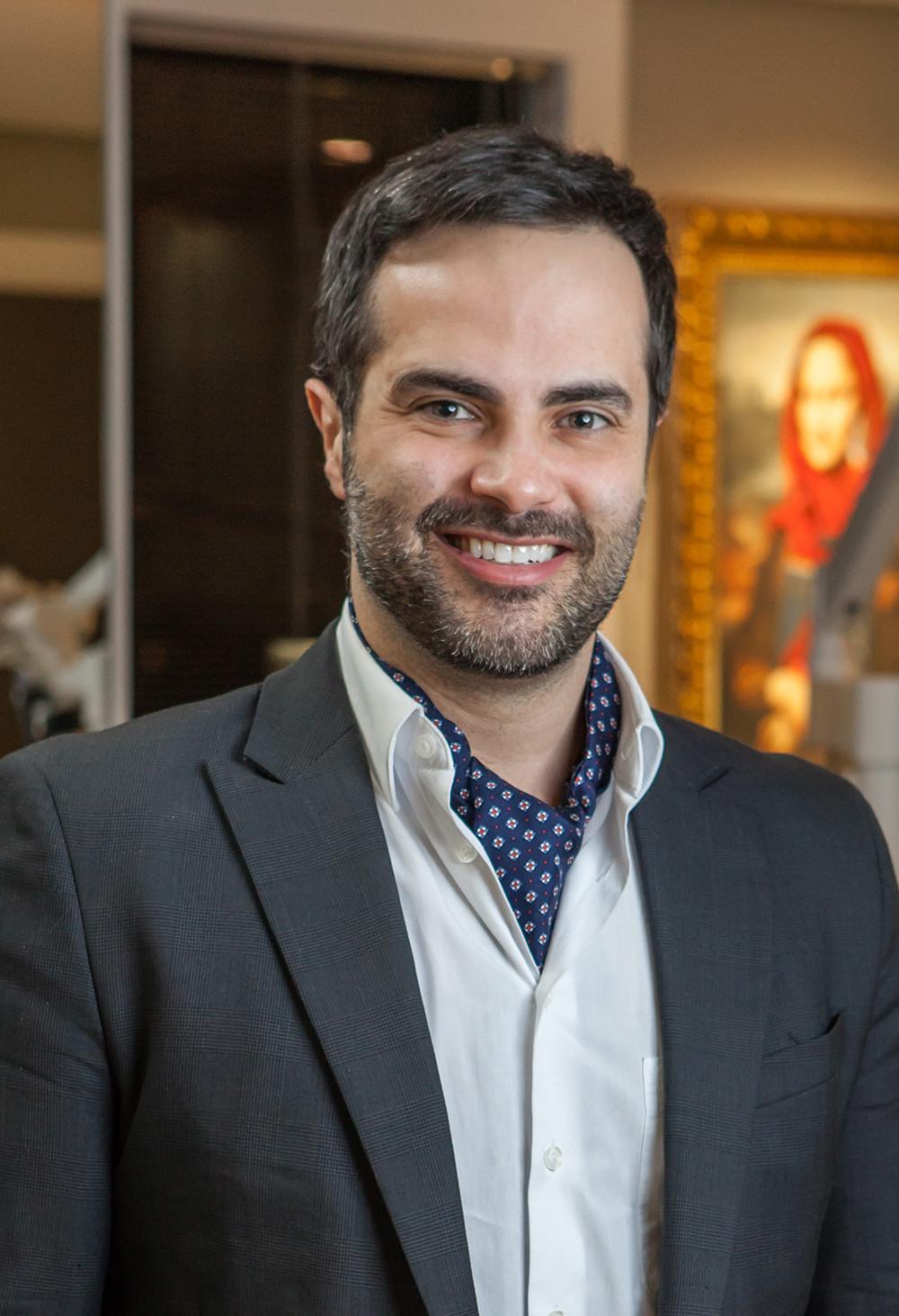 Dr. Manuel Barrios, especialista em implantodontia e reabilitação oral.
