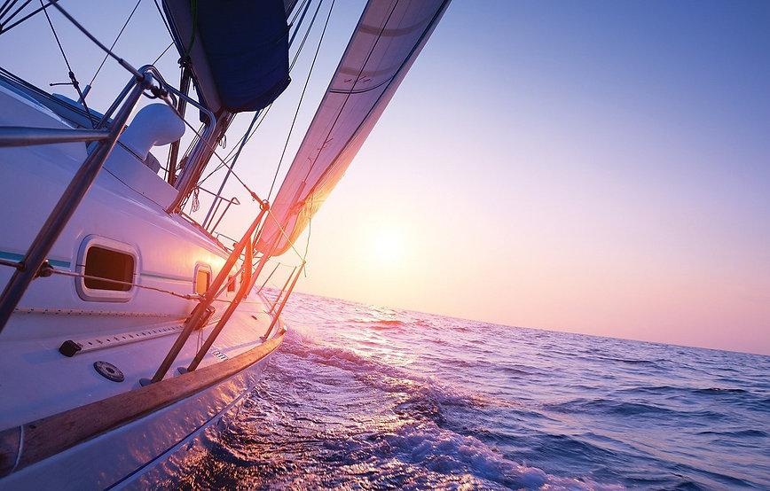 sailboat-into-sunset-utro-iakhta-solntse