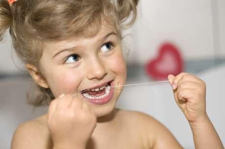 Como inserir o fio dental na rotina da criança?