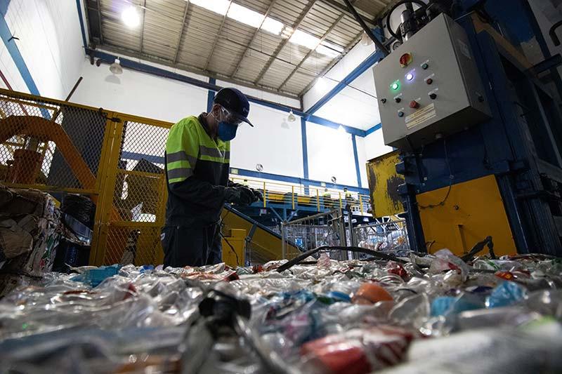 """Em sua essência, a Koleta Ambiental nasceu como uma empresa especializada em logística de resíduos, oferecendo soluções de transporte, destinação e reciclagem de resíduos de todos os tipos, tais como: Resíduos Comuns (Classe II), Resíduos Perigosos (Classe I), Resíduos de Serviços de Saúde (RSS), Resíduos Semi-Sólidos de ETE (Lama e lodo), Gestão de Resíduos para Grandes Geradores, Valorização de Resíduos de Construção Civil, Valorização de Recicláveis, Descaracterização de Materiais Confidenciais.  Visando levar o gerenciamento, melhor destinação e aproveitamento dos resíduos de seus clientes, a Koleta ampliou sua gama de serviços e especialistas, oferecendo uma equipe de consultoria que analisa o resíduo, procura a melhor solução de destinação ou recuperação e faz o planejamento operacional, atuando em parceria com a unidade de triagem da Essencis. """"De forma geral, a atuação na unidade de triagem e algumas modificações estruturais da empresa transformam a Koleta. Ela passa a ser vista não mais como transporte de resíduos, mas como uma unidade de reciclagem e valorização em grandes e pequenos geradores."""", completa Leonardo Gouveia. Na unidade de triagem da Essencis, o lixo comum, que antes chegava sem separação, passa pela reclassificação de resíduos em: reciclável, orgânico e resíduo que ainda não pode ser valorizado. Neste processo, é investido tempo e esforço para treinar os colaboradores do cliente, entender o tipo de resíduo gerado, diagnosticar se o resíduo está sendo destinado da melhor forma e também incentivar a compostagem para aqueles que querem implementar a alternativa internamente.  """"Hoje criamos uma relação de especialista em gestão de resíduos com o cliente e não apenas de prestador de serviço, como éramos visto, em que destinávamos os materiais, sem se envolver na cadeia produtiva. Agora, o ajudamos a recuperar, valorizar e reinserir seus resíduos, além de oferecer a logística e destinação. Uma mudança significativa de posicionamento e negócio para"""