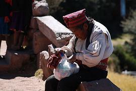 Strickende Männer am Titicaca See