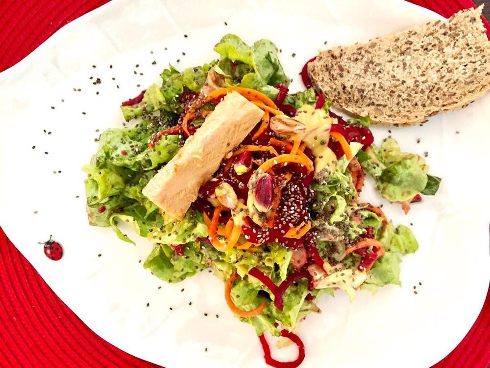 Spaghetti di zucchine e barbabietola con filetti di tonno e semi di canapa