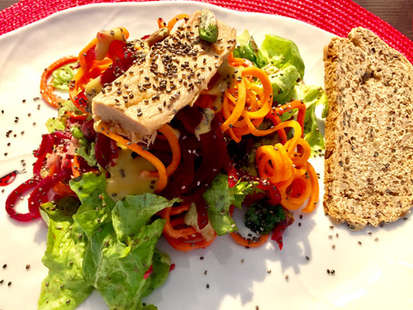 Spaghetti di zucchine e barbabietole con filetti di tonno e semi di canapa
