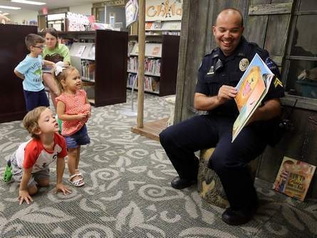 Local cops, kids bond over library storytime