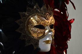 Белая маскарадная маска