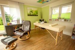 Hauptraum mit Sessel und Massagebank