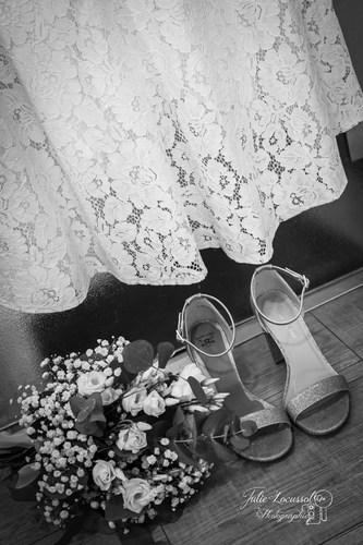 Détail robe, chaussures et bouquet