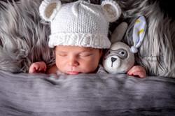 Bébé dort avec doudou