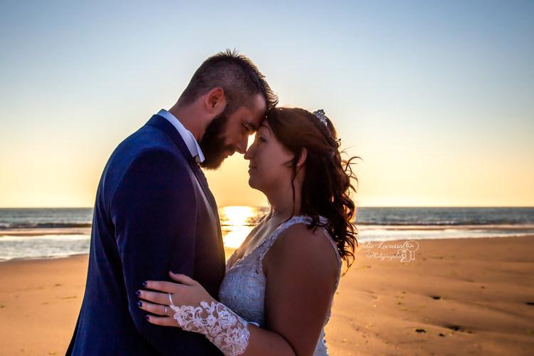Mariés au coucher du soleil