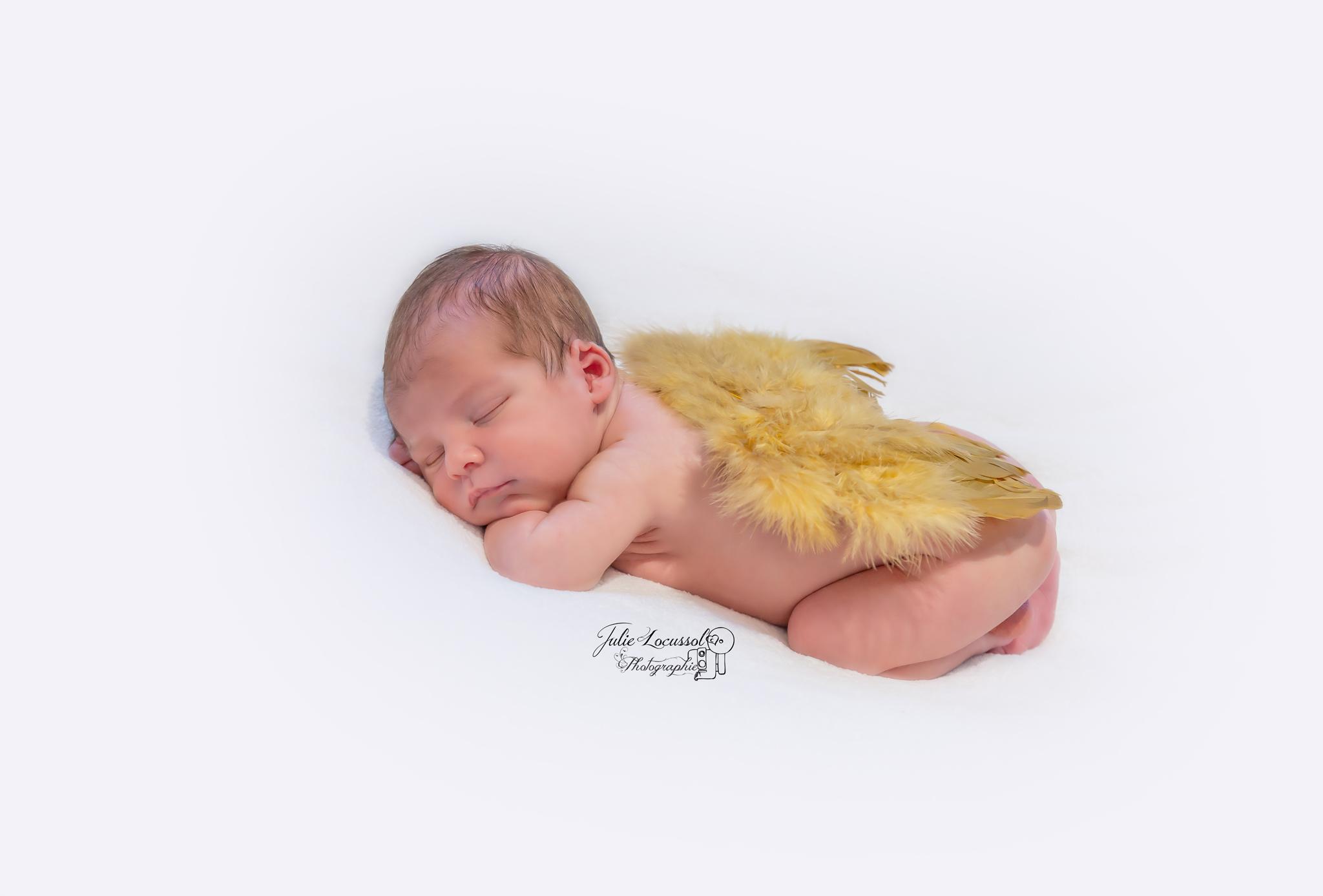 Bébé nu ailes d'ange