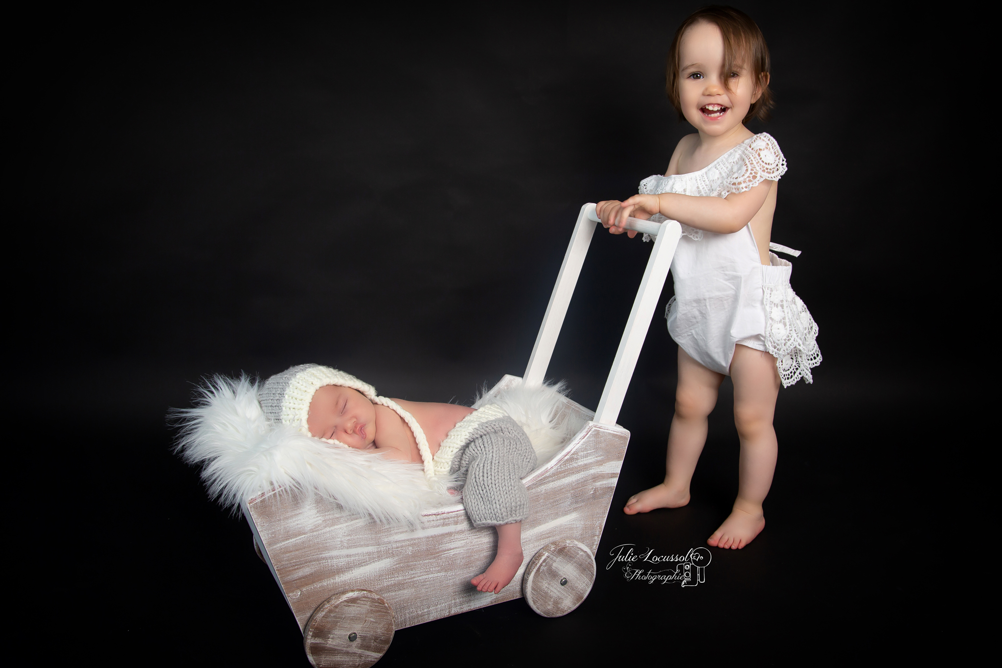 Photographe nouveau né avec aîné