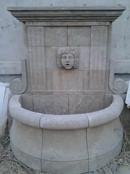 Wandbrunnen mit Frauengesicht