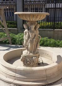 Kleines Becken mit Statuen