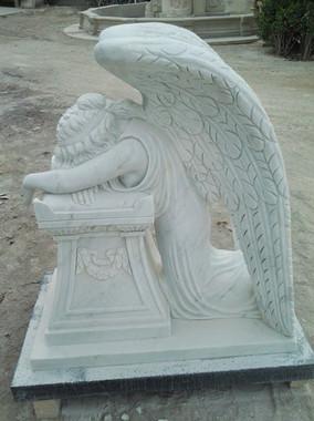 Knieender Engel