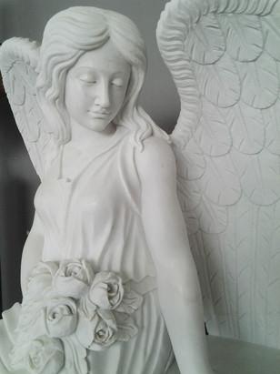 Sitzender Engel mit Blumenstrauß