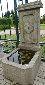 Wandbrunnen mit geschlossenem Becken