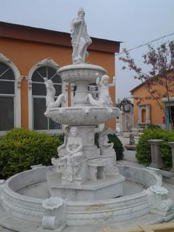 Brunnen mit sitzenden Statuen