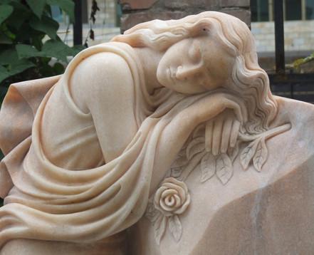 Frau auf Grabstein
