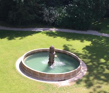 Freistehender Brunnen
