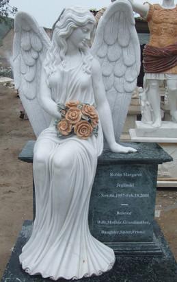 Sitzender Engel auf Grabstein