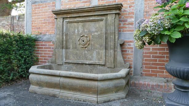 Wandbrunnen mit Rosette