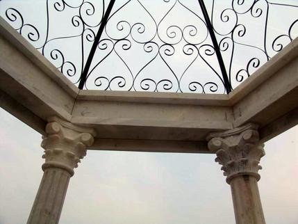 Pavillon mit Säulen