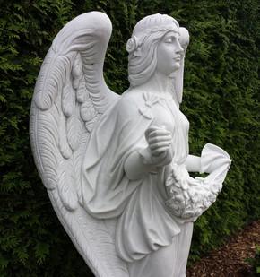 Engel mit Blumenranke