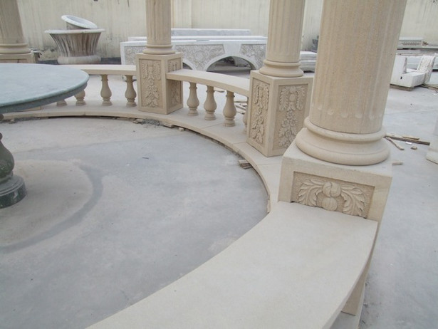 Pavillon mit Bänken.JPG