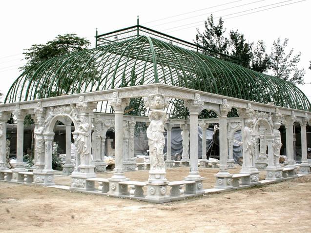 Pavillon mit Statuen und Säulen